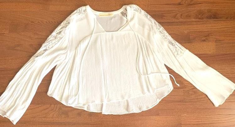Lizard Thicket White  Top With Lace Detailing On Sleeves