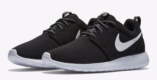 free shipping b89f2 756b4 Nike Black And White Roshes